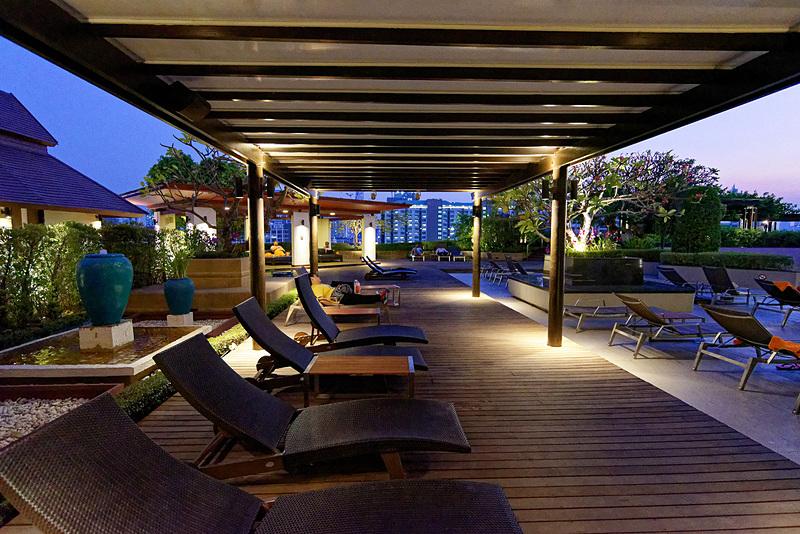 25mの屋外プールは景色も一見の価値アリ。ここに朝食会場の1つが隣接している
