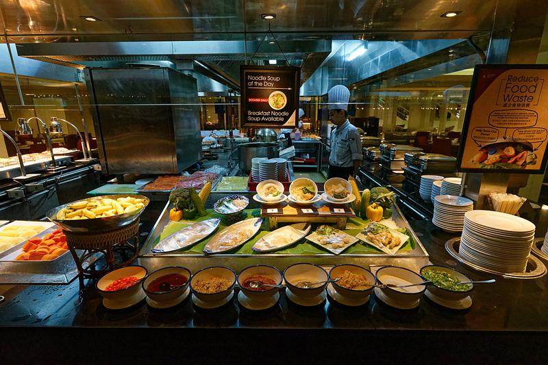 カレー、麺類、フルーツ、野菜などバリエーション豊かな取りそろえ