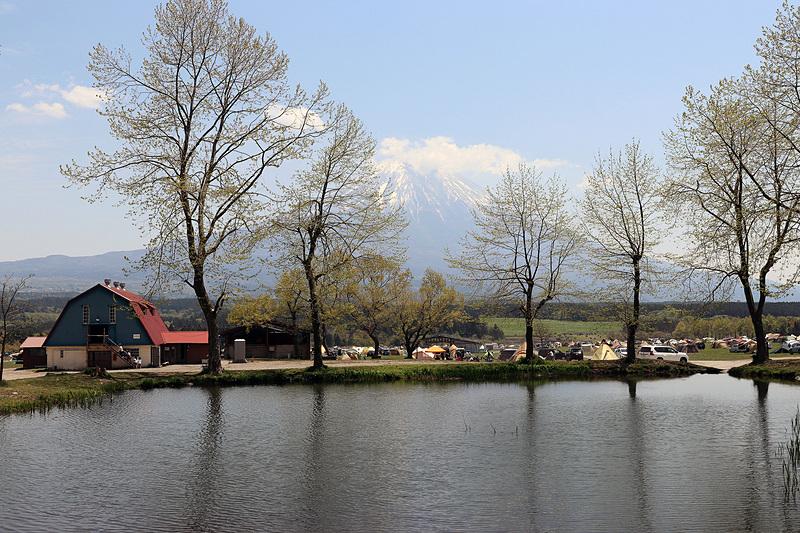 入ってすぐに見える、迫力のある富士山の景色。天候によっては手前の池に逆さ富士が映る