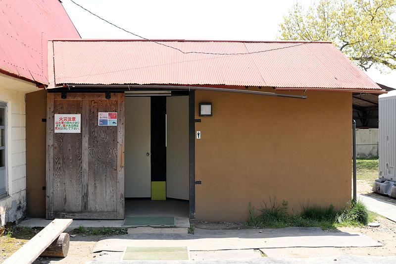 牛舎近くのトイレ。きちんと清掃されていて清潔だった