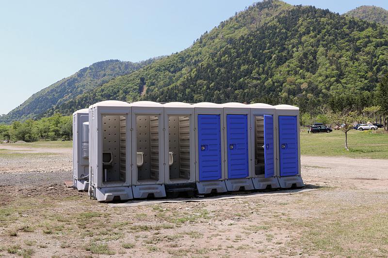 キャンプサイトには仮設トイレが4つ設置されている