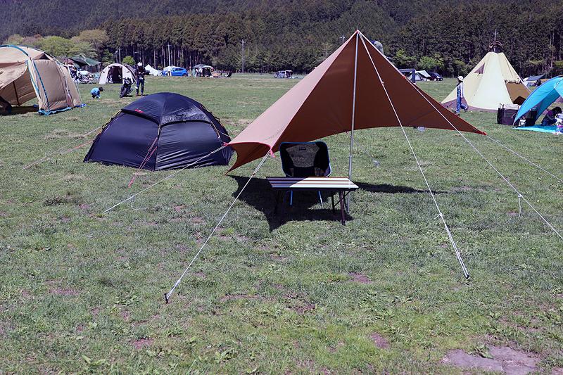 今回テントに使ったのはヒルバーグの2人用テントである「アラック」。なお草原ではあるが、場所によってはペグが挿さりにくい。できれば硬く曲がりにくい鍛造ペグを用意しておきたい