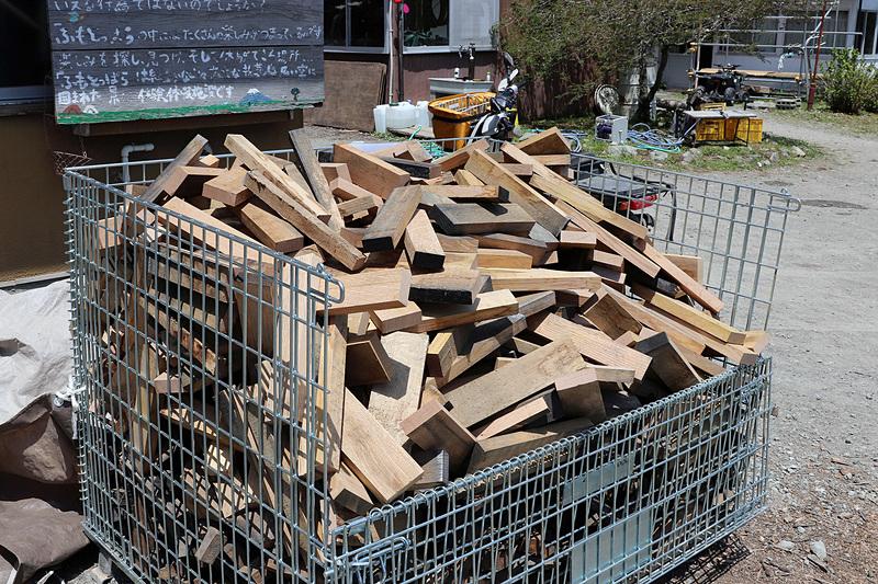 サントリーのシングルモルトウィスキー「白州」の樽材を使った詰め放題用の薪