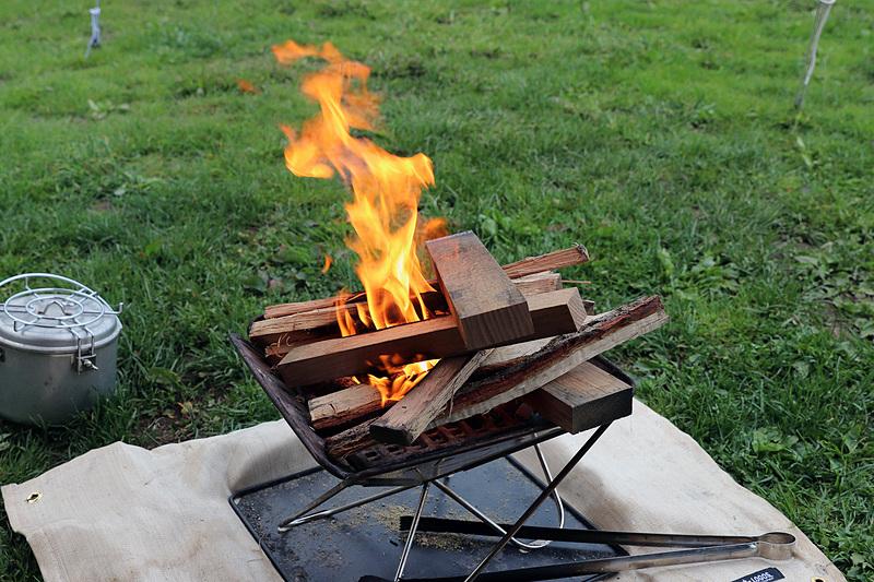 詰め放題の薪も混ぜてたき火を楽しんだ