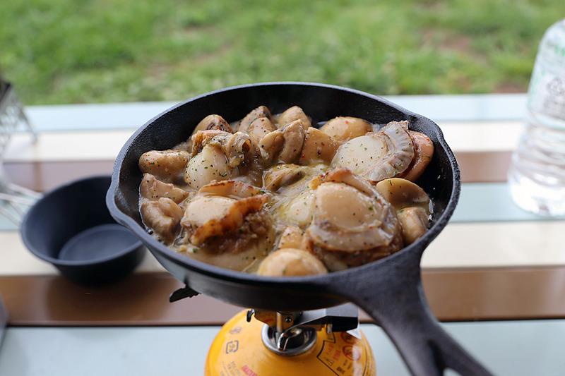 こちらはホタテのアヒージョ。食材とオリーブオイル、アヒージョの素を混ぜたものをフリーザーバッグに入れて持ち込んだ