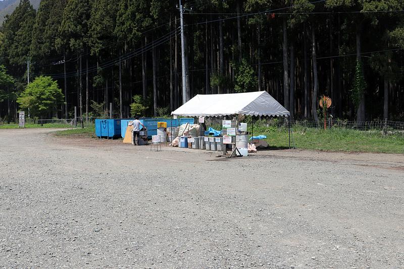 出口近くにあるゴミステーション。専用の袋を購入すれば、燃えるゴミも引き取ってもらえる