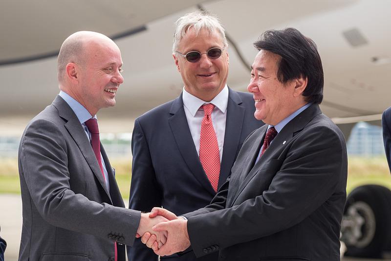 植木氏がスピーチで感謝を伝えたエアバス・ジャパン 代表取締役社長のステファン・ジヌー氏(左)と握手
