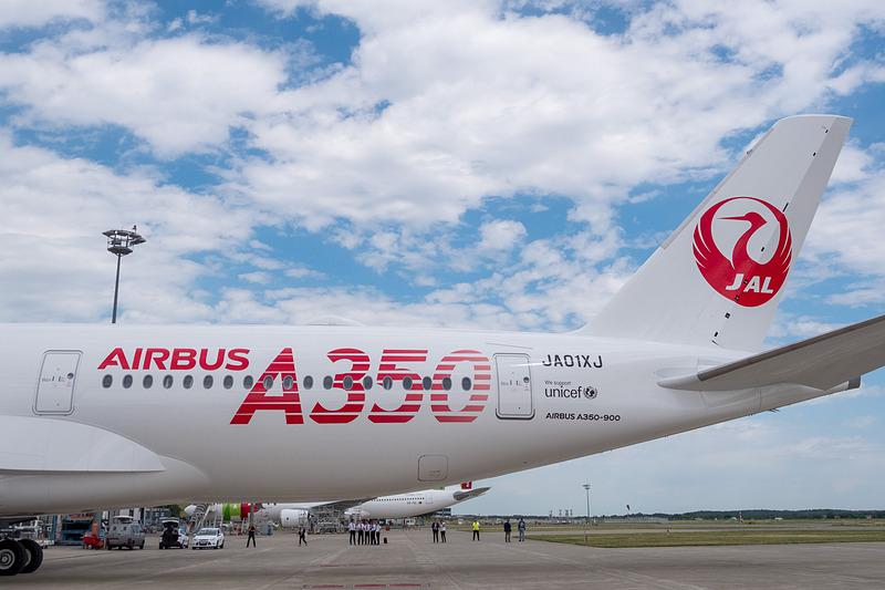 JALのA350初号機は「挑戦」を表わす赤い「AIRBUS A350」ロゴ