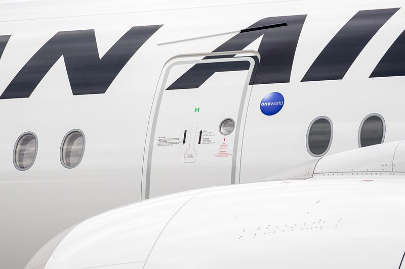 写真はL2ドアだが、L1、L2ともに「JAL SKY Wi-Fi」のステッカーは貼られていなかった