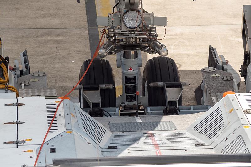 プッシュバックのためのトーイングトラクターによるタイヤの持ち上げ作業