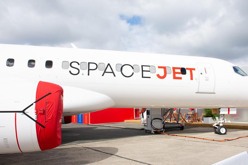 旧(MRJの)デザインの初号機、2号機は白地にうねるような黒いラインが機体側面に走るデザインだったが、SpaceJetは側面に大きくロゴをあしらっている
