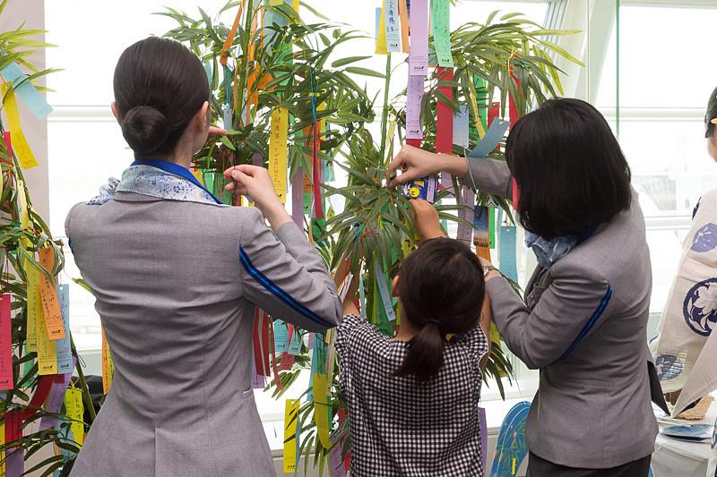 短冊に願いごとを記入して笹飾りに結べる(写真は2017年実施時)