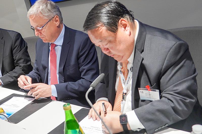 エアバス CCO(Chief Commercial Officer、最高商業責任者)クリスチャン・シェーラー氏(左)とセブ・パシフィック航空 CFO(Chief Financial Officer、最高財務責任者)アンドリュー・フアン氏(右)が契約書に署名
