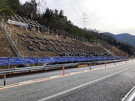 平成30年7月西日本豪雨により被災したのり面変状箇所の仮設物撤去工事を実施する