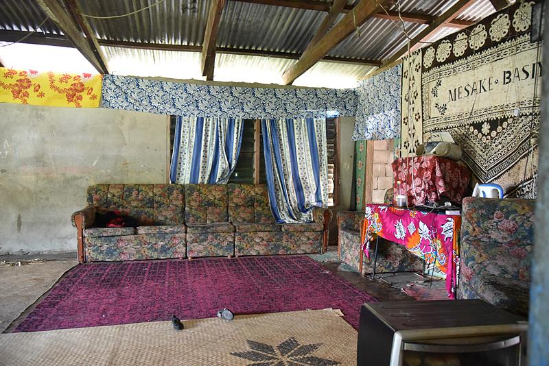 住居を見学。タパクロスが敷かれ、タパが壁に飾られていた