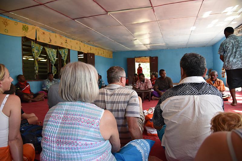 住民と訪問者が顔を合わせてカヴァの儀式を行なう