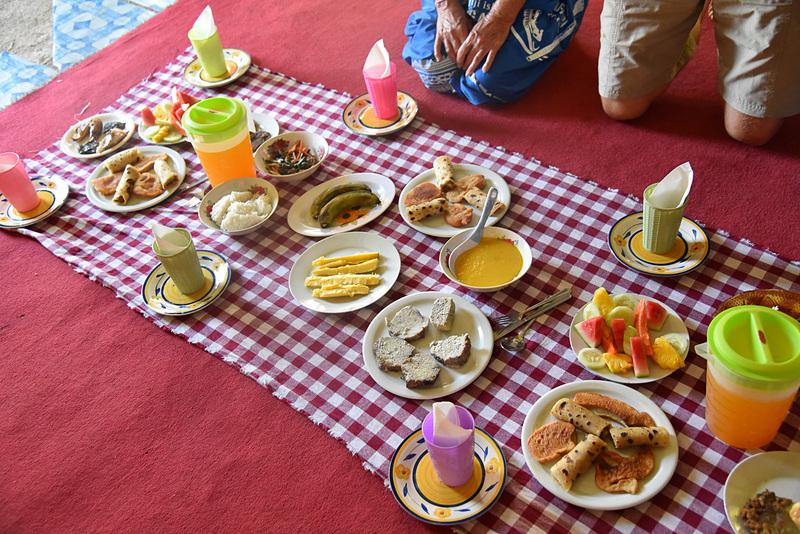 ランチにはキャッサバやタロイモ、魚に野菜などを使った地元料理が並ぶ