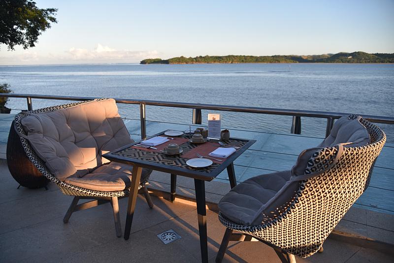 ビーチを眺めながら朝焼けのなか朝食を味わおう