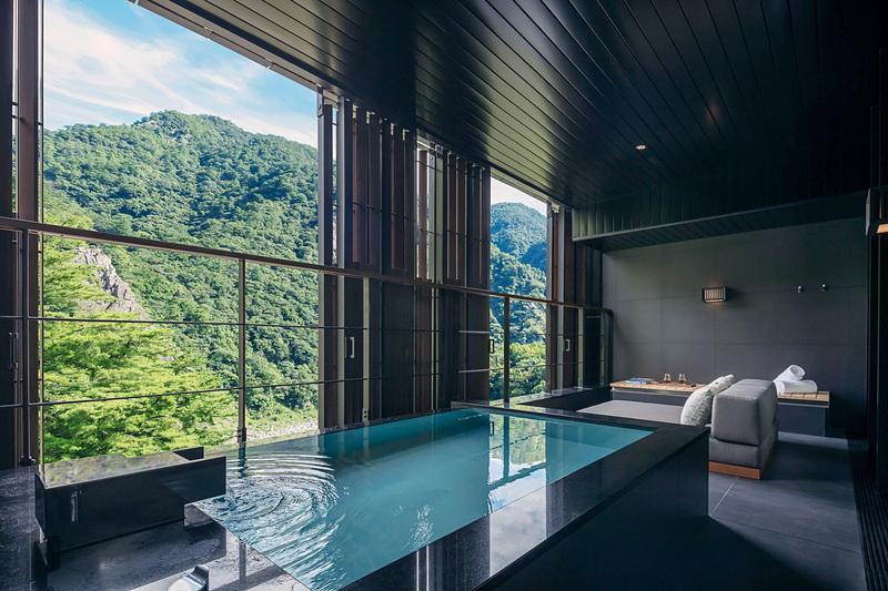 「月見」の客室と半露天風呂