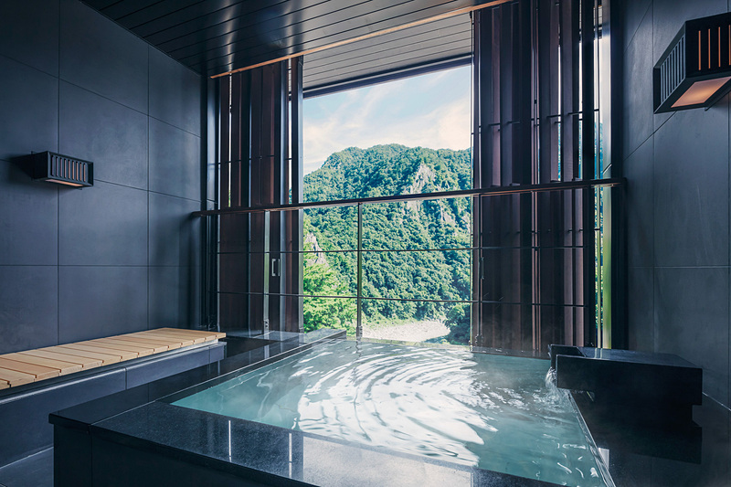 「水明」の客室と半露天風呂