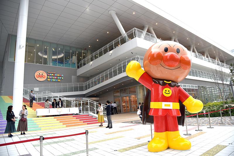 横浜・みなとみらいエリアに「横浜アンパンマンこどもミュージアム」が移転、リニューアルオープンする。約4mのスタチュー「おおきなアンパンマン」が来場者をお出迎え