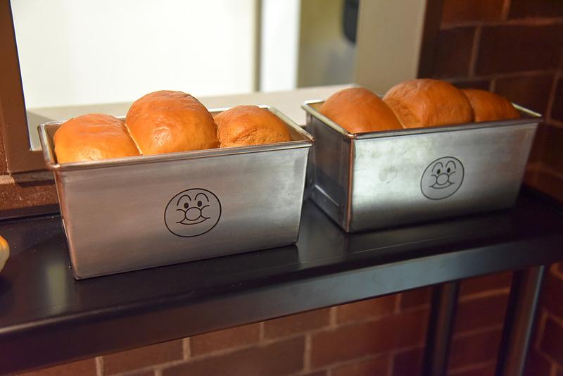 サイドの棚にはアンパンマン印のパンやメロンパンなどがあった