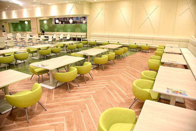 キッズサイズのテーブルと椅子で落ち着いて食べられるエリアも広い