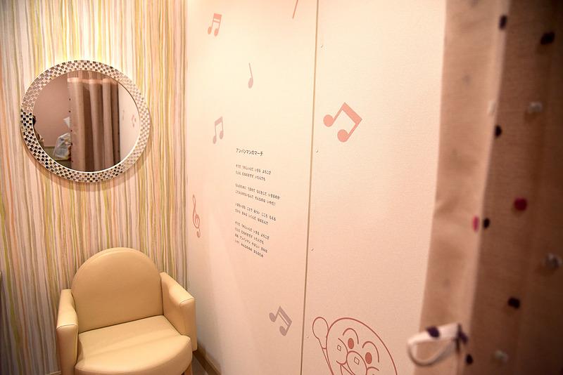 個室の授乳室の壁には歌詞が書かれており、口ずさみながら過ごせる