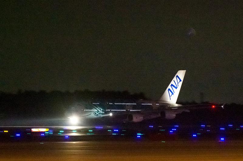 先に出発した2号機(エメラルドグリーン)のNH184便。定刻よりやや遅れたが20時22分にスポットを離れ、20時45分にホノルルに向けて離陸。乗客は518名