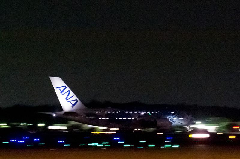 続いて出発した1号機(ANAブルー)のNH182便。こちらは、ほぼ定刻どおりの21時32分にスポットを離れ、22時ちょうどに離陸した。乗客は(座席を使用しない)幼児が多く523名に達した