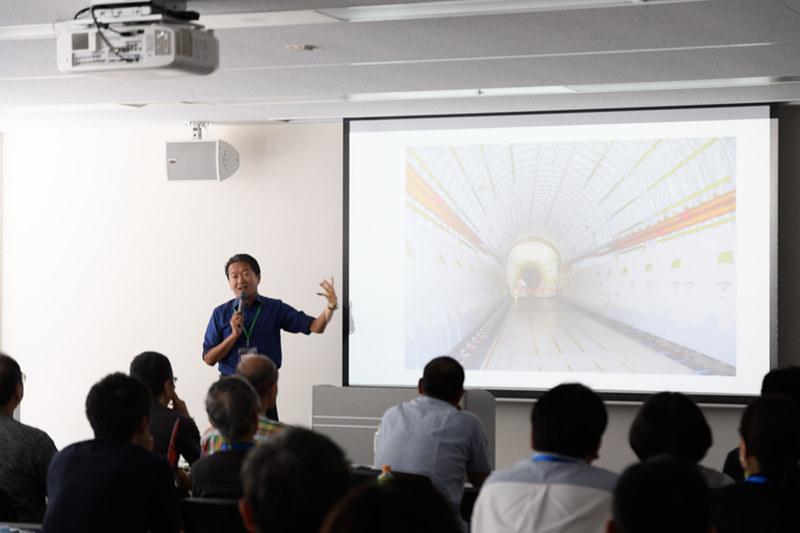 ドリームリフターの貨物室写真とともに、撮影のポイントなどを語るチャーリィ古庄氏