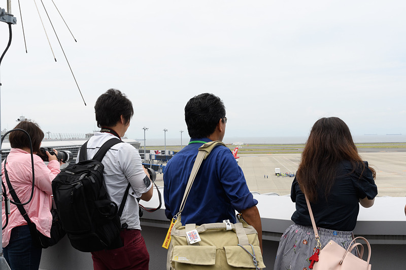 撮影会参加者と積極的にコミュニケーションを取るチャーリィ古庄氏