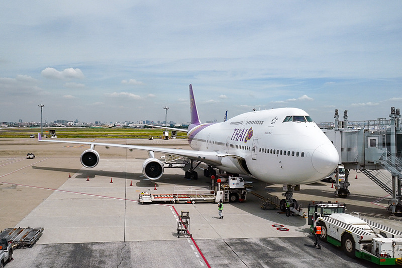 羽田空港より、タイ国際航空にてバンコク、スワンナプーム国際空港に向かう。今やめずらしいジャンボジェット「ボーイング 747-400型機」