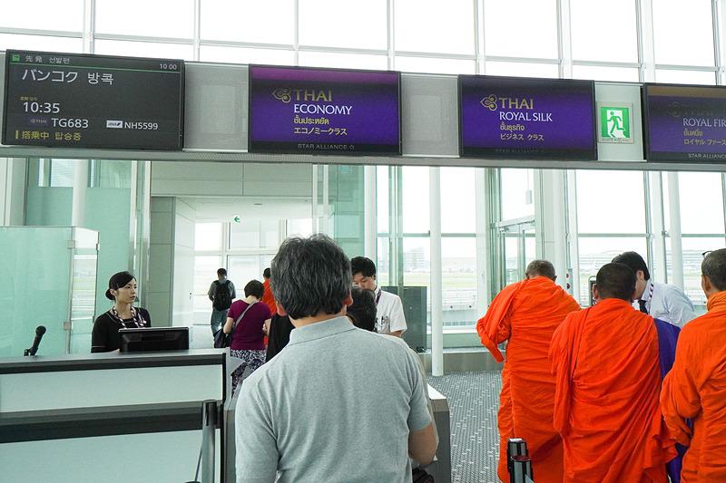 タイでは、オレンジの袈裟を着たお坊さんは優先搭乗