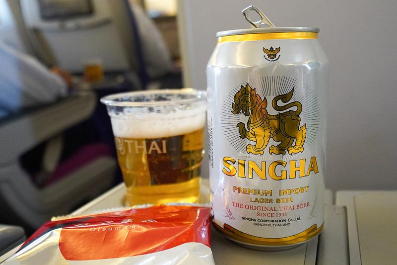 まだ日本のビールも選べるが、早速大好きなタイのビールをチョイス。シンハービール