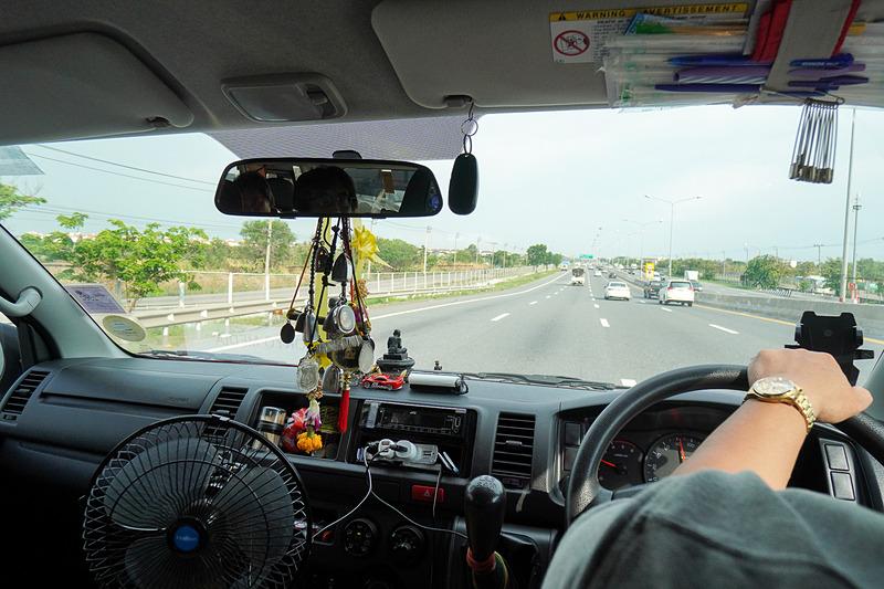 空港から一路パタヤ方面へ。長距離バスをオススメしたが、取材ではワンボックスのタクシーをチャーターしている