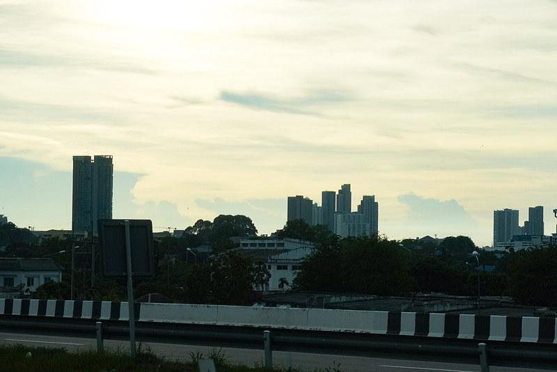 高速道路上からパタヤの市街地が見えてきた