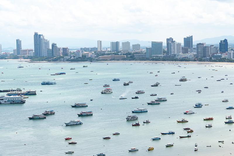 パタヤの湾内には、観光用にたくさんの船が停泊している