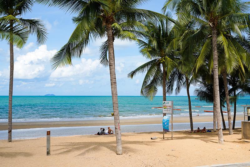 青く美しいビーチが静かに広がっている