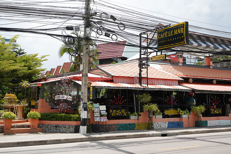 通りにはオシャレなレストランもある