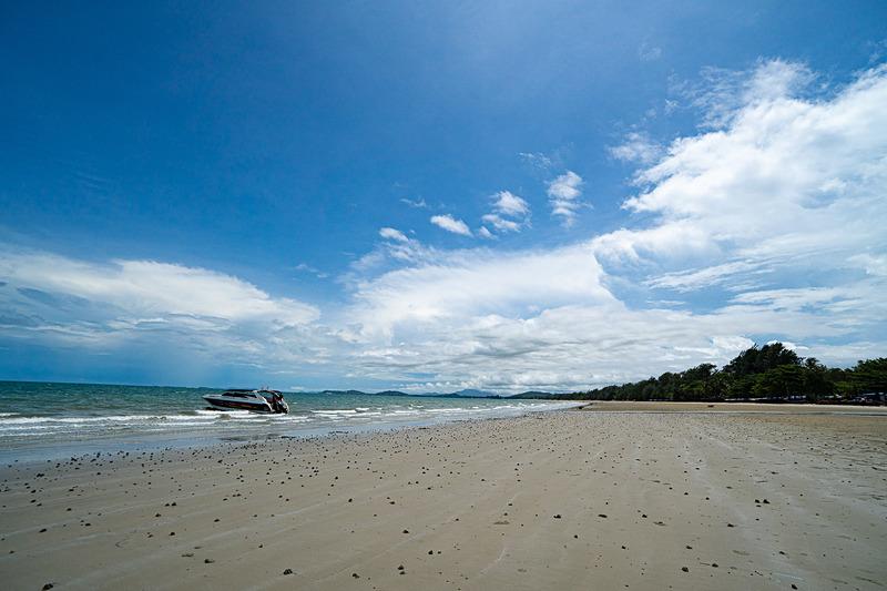 白い砂浜が続くレーム・メー・ピン・ビーチ