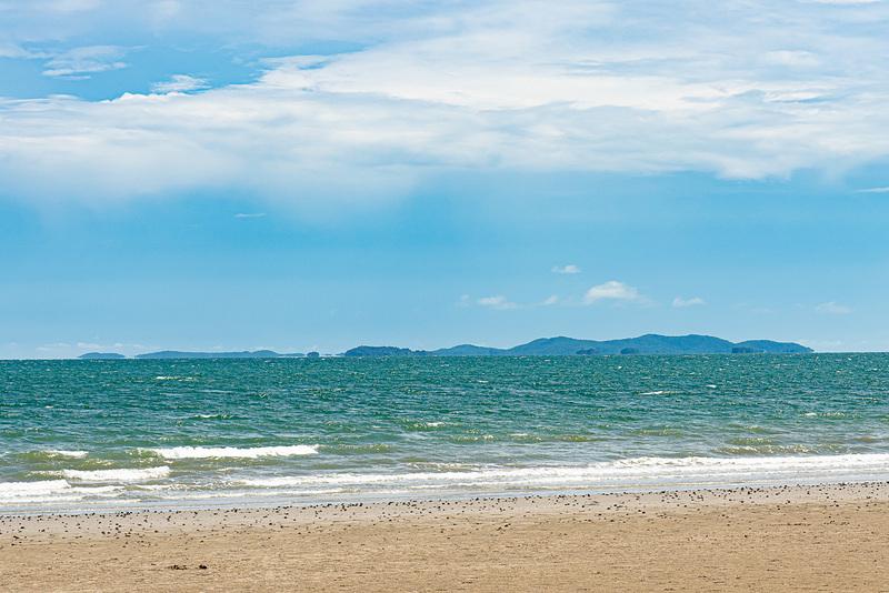 遠くに見えるサメット島。国立公園になっていて、ボートで渡る人も見かけた