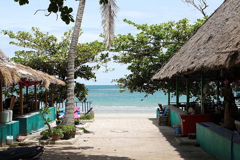 レストラン越しに見るビーチもキレイ