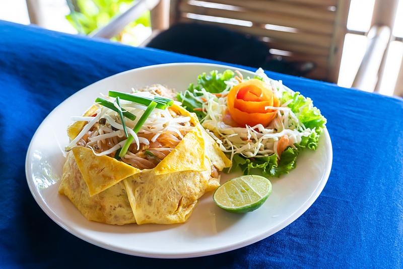 タイの甘めの焼きそば「パッタイ」。卵焼きで包まれているバージョン。海老入り