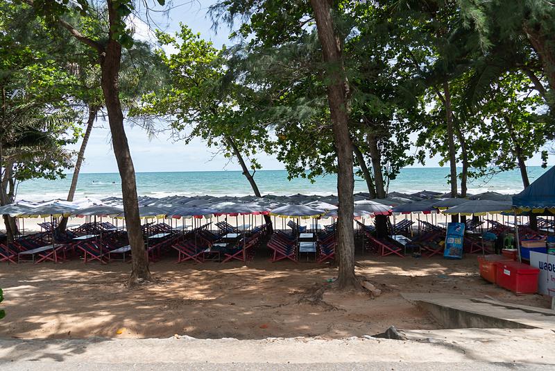 ビーチ沿いには、広範囲に屋台の席が用意されている