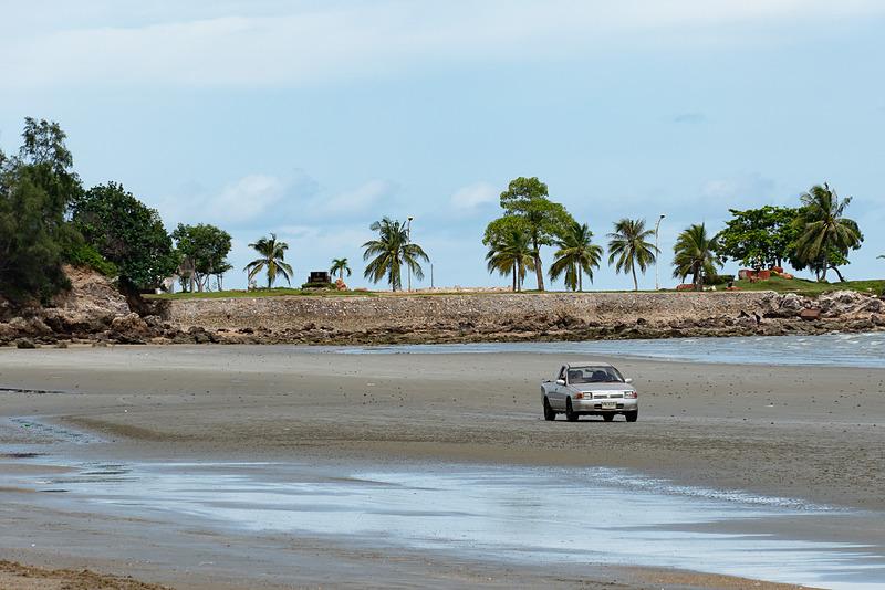 砂浜をクルマで走りまわってる人がいた