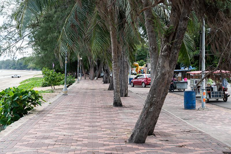 ビーチ沿いは遊歩道が整備されていて散策はしやすい
