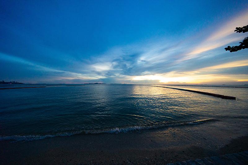 ビーチは夕日も美しい。こちらは宿泊先のパタヤ北のビーチでのサンセット