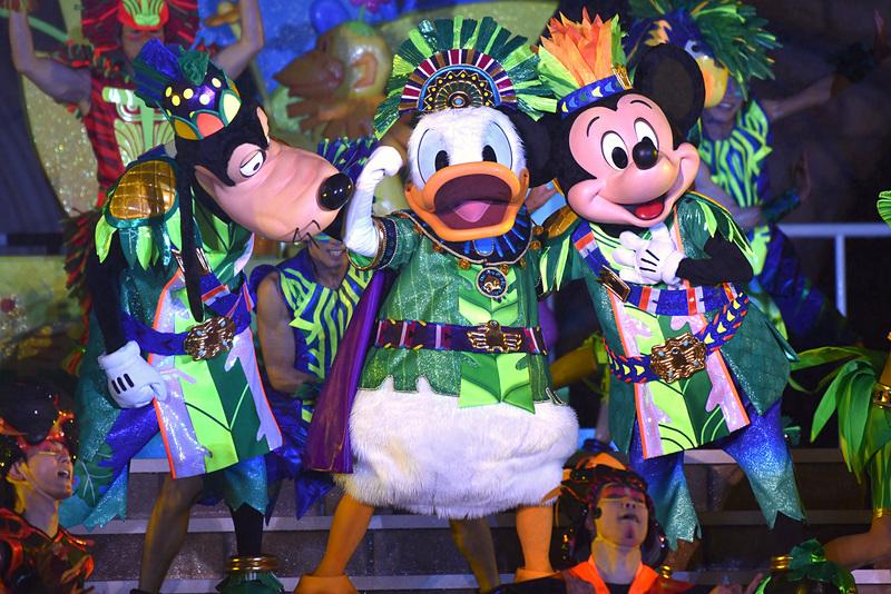 東京ディズニーランドではシンデレラ城前で新エンタテイメント「オー! サマー・バンザイ!」を公演中