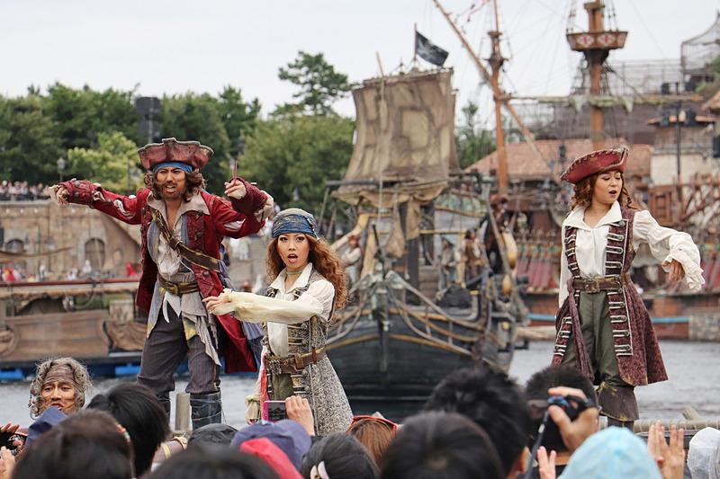 個性的な海賊たちがステージでゲストたちを鼓舞